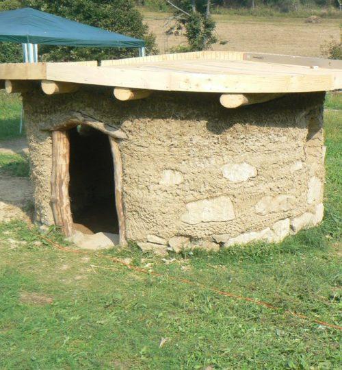 domcek z kamena dreva a hliny