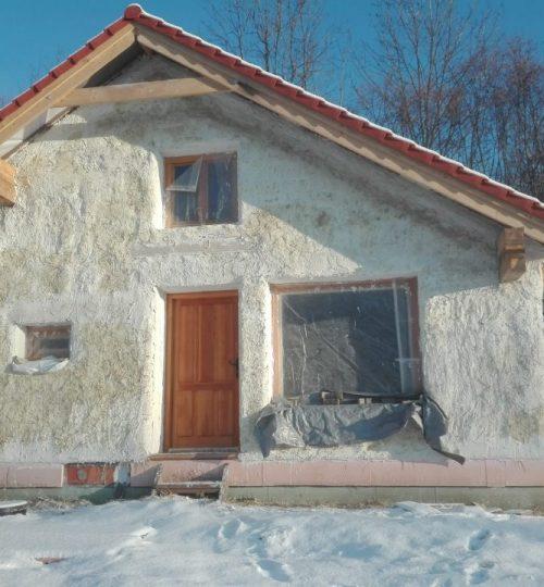 hostovsky slameny domcek s vapennym spricom