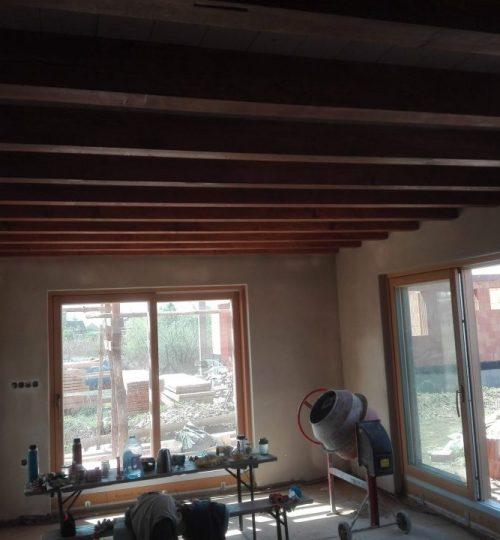 hlina a drevo v interiéri