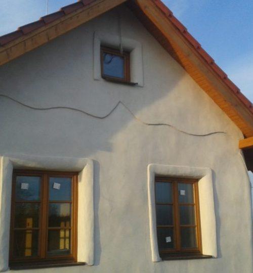 zaobleny slameny dom